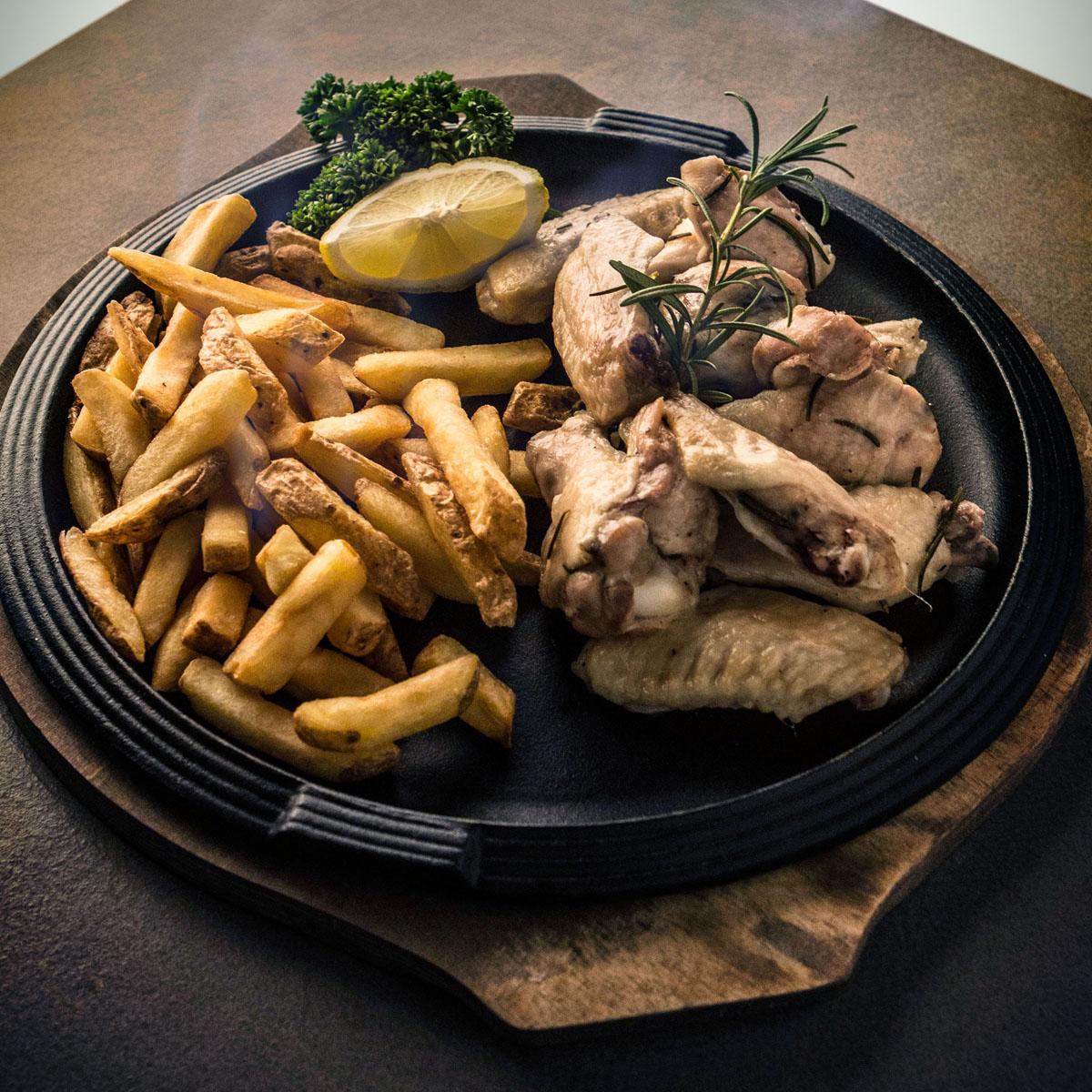Alette di pollo al forno con ketcup e patatine stealth
