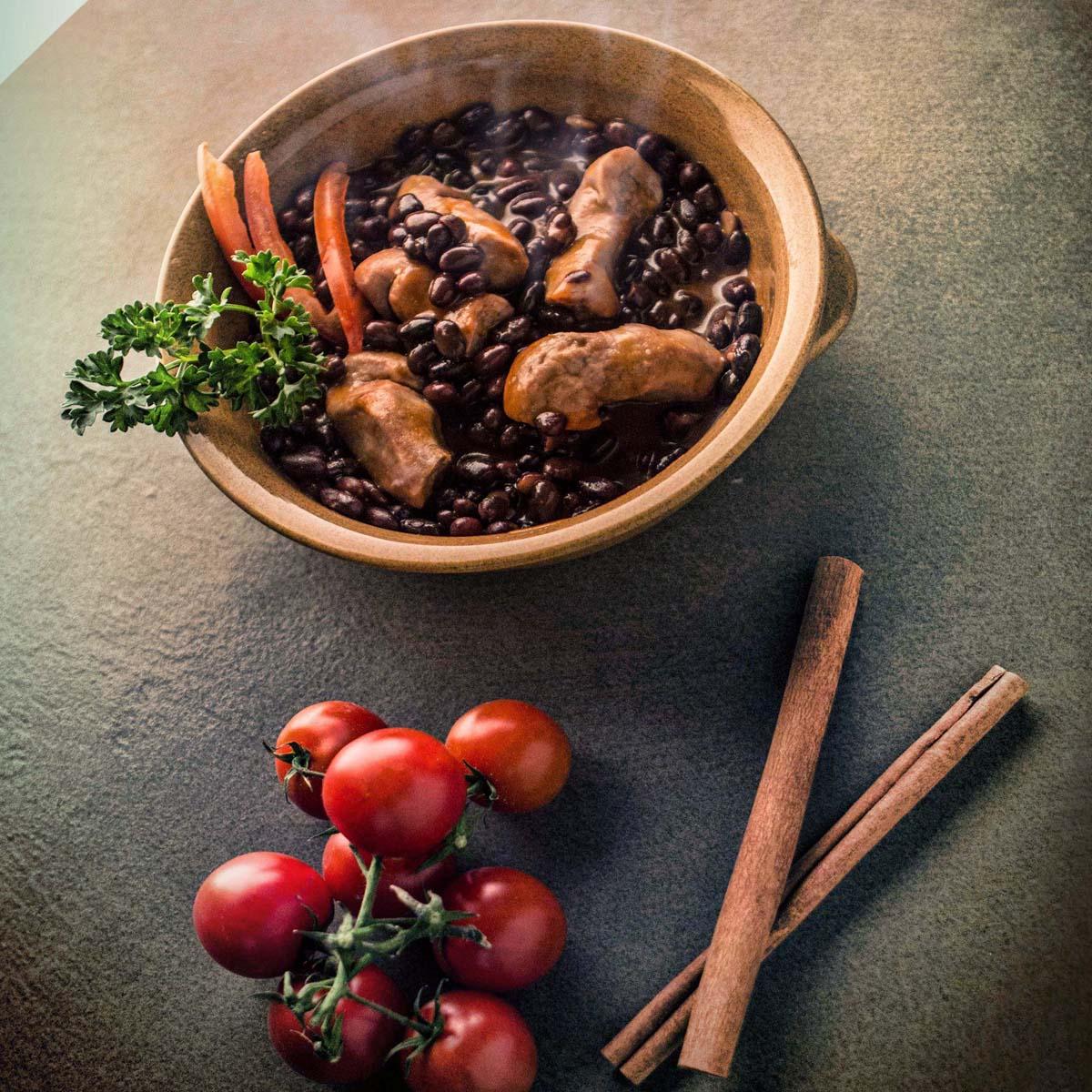 Fagiolata piccante con salamini classici in umido e crostini di pane