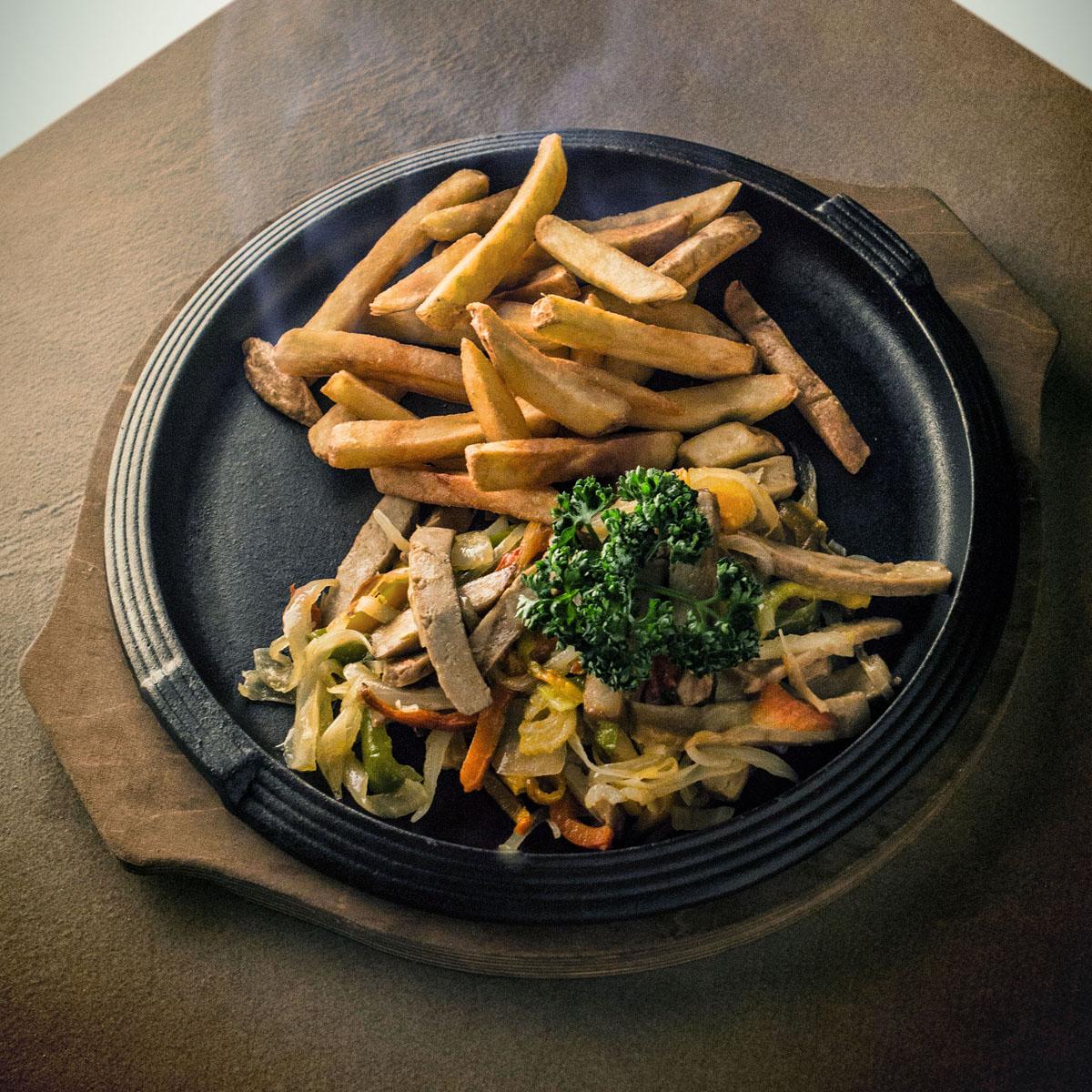 Seitan con peperoni e cipolla stufati