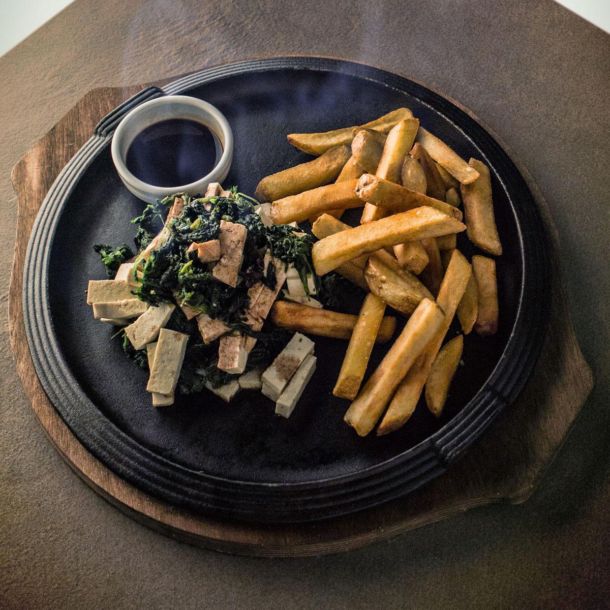 Straccetti di tofu saltati in padella con salsa di soya e spinacini novelli